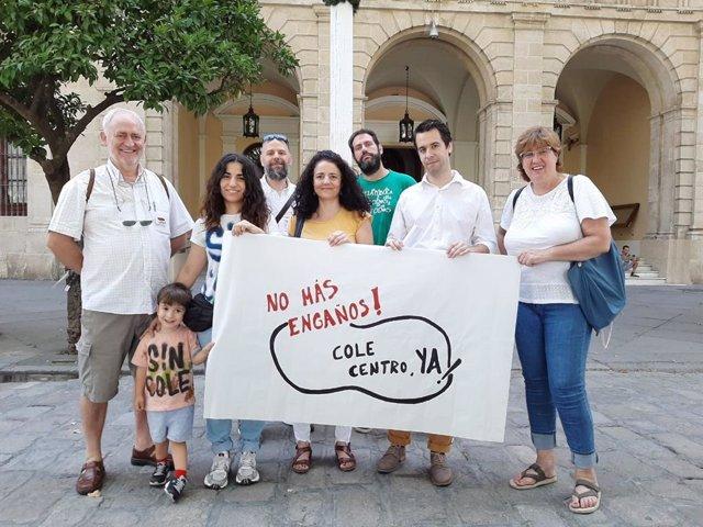 La plataforma 'Cole Centro Ya' frente al Ayuntamiento de Sevilla.