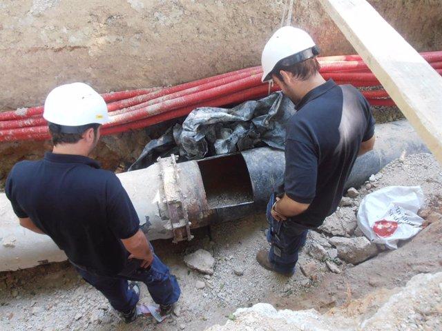 Operarios trabajando en el sistema de recogida neumática de Palma en 2012.