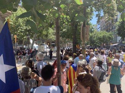 """Independentistas gritan contra el pacto con el PSC en la Diputación de Barcelona: """"habéis votado a los represores"""""""