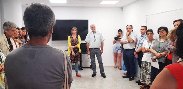 La consellera de Salud Alba Vergés con profesionales del centro de salud mental de adultos de Santa Coloma de Gramenet (Barcelona)