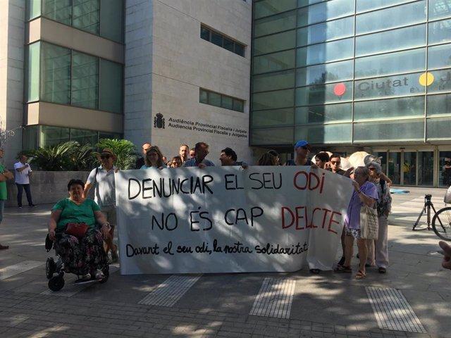 Concentración de apoyo a los investigados por la denuncia de HazteOír.