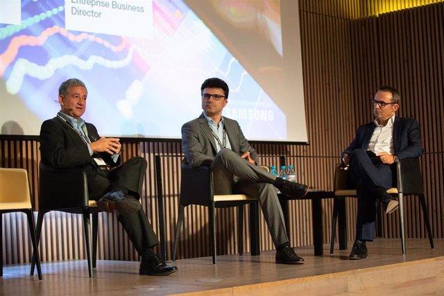 (I-D) El director senior de Data Science y Tecnología del IE, Fernando Mateo; el director de Negocios Empresariales de Samsung Electronics España, David Alonso; y el director territorial en Catalunya de Grandes Empresas de Orange y moderador del acto, V