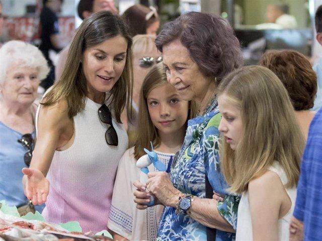 Doña Sofía junto con la Reina Letizia, la Infanta Leonor y Sofía en el mercado de Lolivar de Mallorca