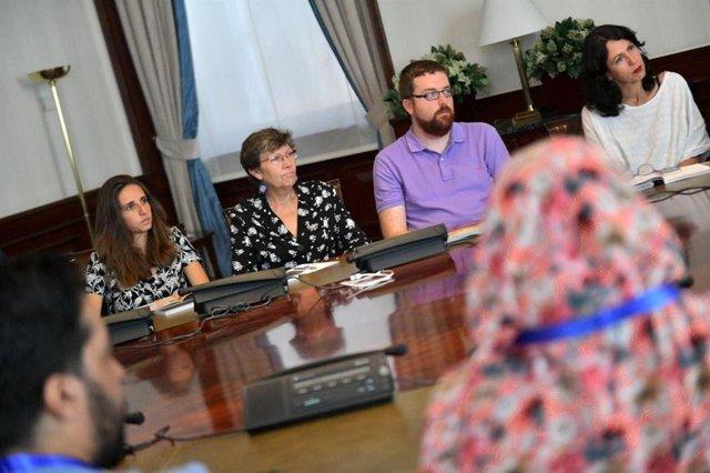 Las diputadas de Unidas Podemos en el Congreso por Baleares, Antònia Jover y Lucía Muñoz, en una reunión con jóvenes activistas saharauis