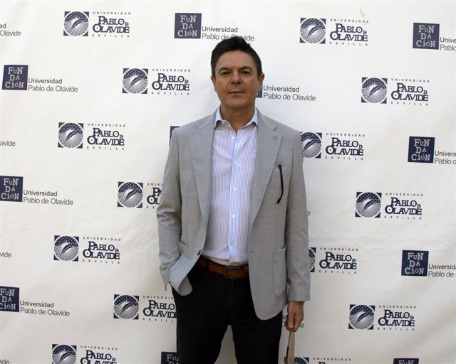 El profesor Antonio Vela en los cursos de verano de la UPO en Carmona