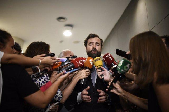 El portaveu de VOX al Congrés dels Diputats, Iván Espinosa, en declaracions davant els mitjans de comunicació en els passadissos del Congrés.