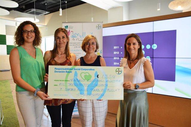 Entrega del cheque de Bayer a la Fundación Esclerosis Múltiple