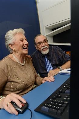 Personas mayores en un ordenador