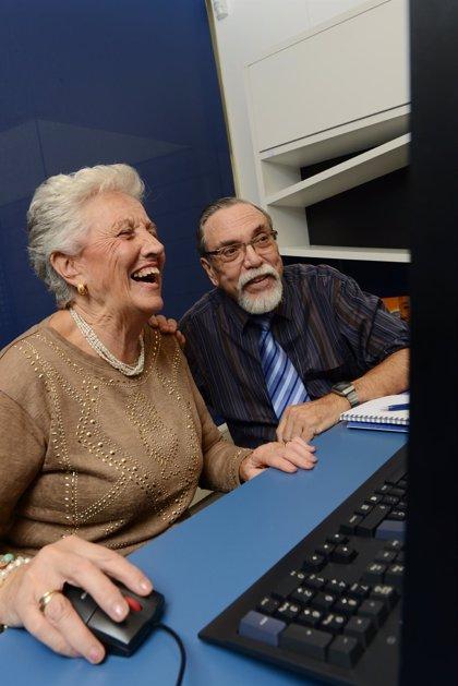 El uso de ordenadores y participar en actividades sociales reduce el riesgo de deterioro cognitivo leve