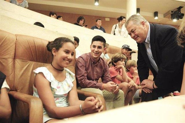 El presidente del Parlamento, Joaquín Gómez, recibe a 81 niños sarahuis en el Parlamento