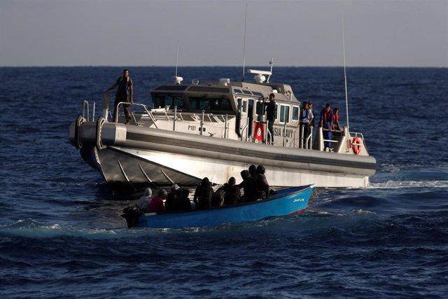 Patrullera de la Marina de Túnez rescata a migrantes en ele Mediterráneo (Imagen de archivo)