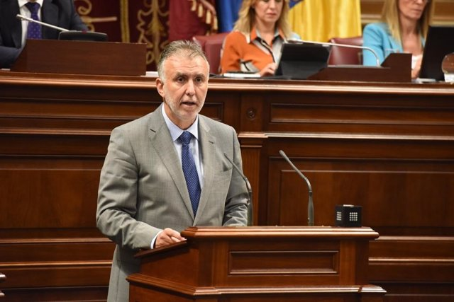El candidato del PSOE a la Presidencia de Canarias, Ángel Víctor Torres, interviene en su discurso de investidura