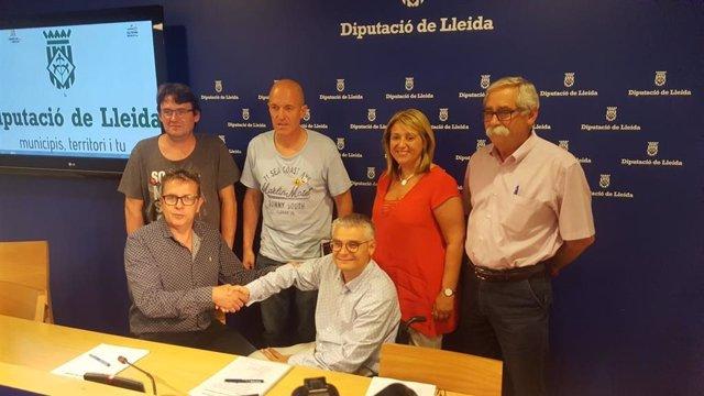 Joan Talarn i Jordi Latorre s'encaixen la mà al costat d'altres negociadors del pacte