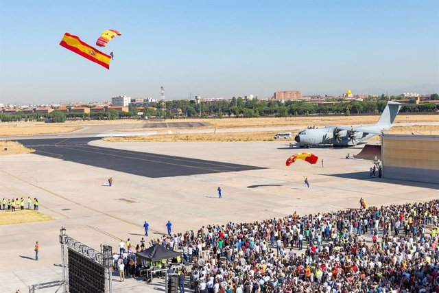 La factoría de Airbus en Getafe celebra los 50 años de la compañía con una exhibición de la Patrulla Acrobática de Paracaidismo del Ejército del Aire