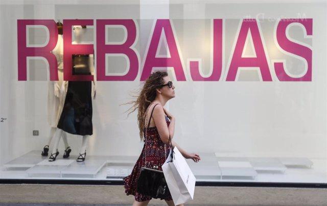 Imágenes de Recurso de las rebajas de Verano 2019. Escaparate de la tienda Zara de la calle Rioja. Sevilla.