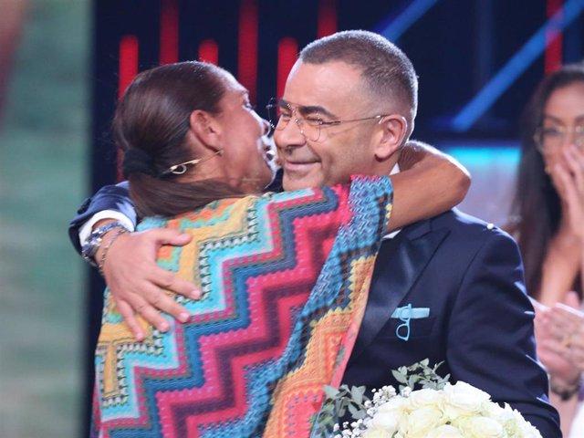 Isabel Pantoja llega al plató de 'Supervivientes 2019' y Jorge Javier Vázquez le hace entrega de un ramo