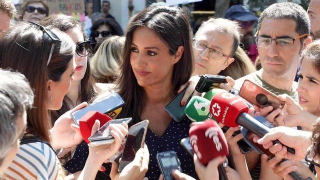La vicealcaldesa de Madrid, Begoña Villacis, atendiendo a los medios de comunicación.