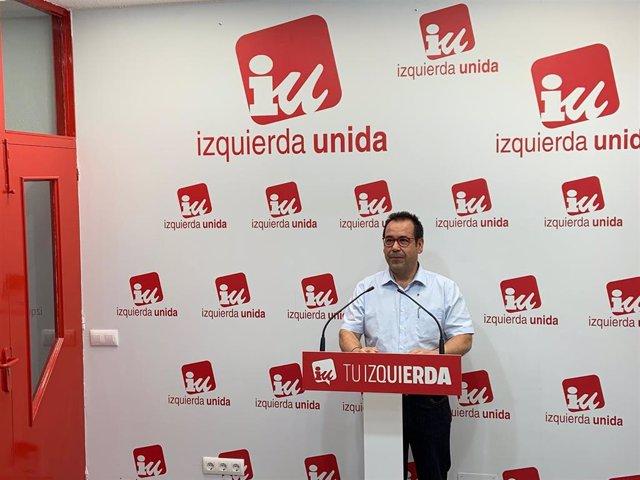 Juan Ramón Crespo, coordinador regional de IU en C-LM, en rueda de prensa.
