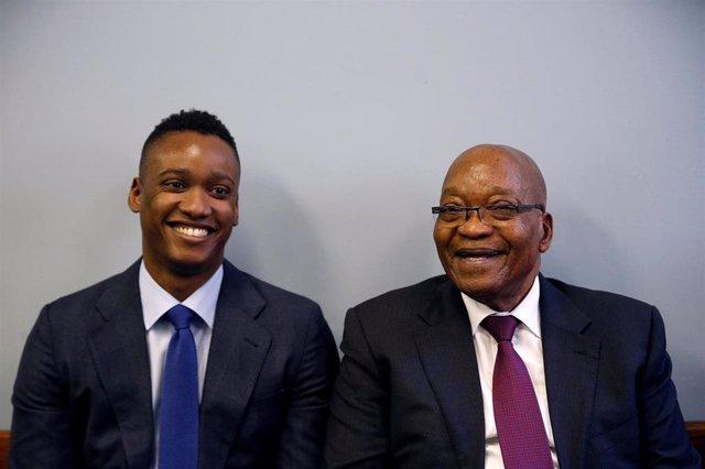 Duduzane Zuma, junto a su padre, el expresidente sudafricano Jacob Zuma, antes de comparecer ante un tribunal de Johannesburgo