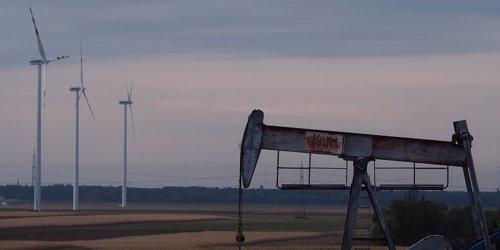 Aerogeneradores junto a un pozo petrolífero