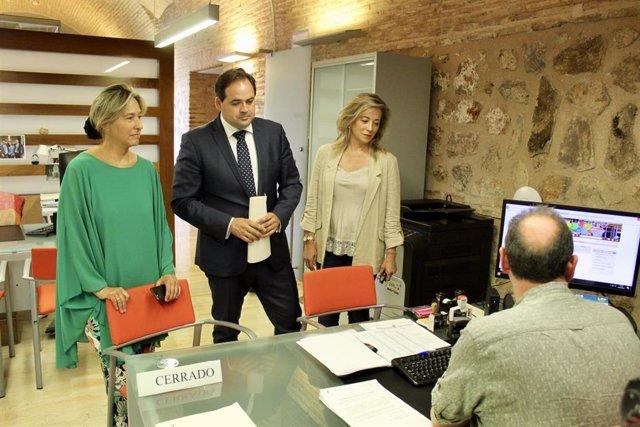 Dirigentes del PP, con Paco Núñez (c) a la cabeza, registran iniciativas parlamentarias en las Cortes de C-LM.