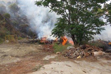 Dos investigados por un incendio forestal en Benalmádena (Málaga) que obligó a cortar la A-7