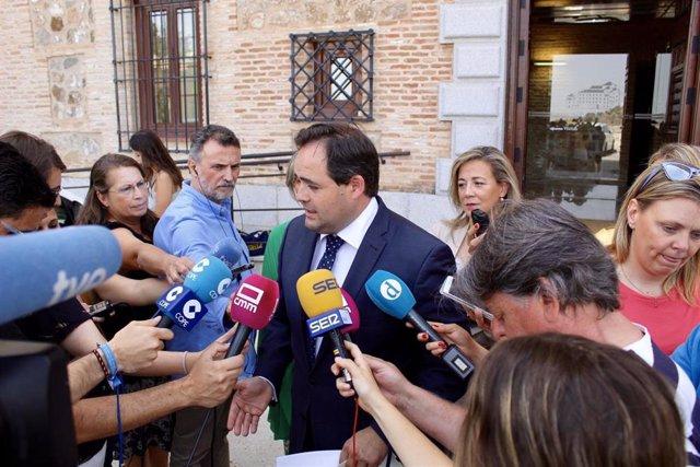 El presidente regional del PP, Paco Núñez, atiende a los medios en la puerta de las Cortes.