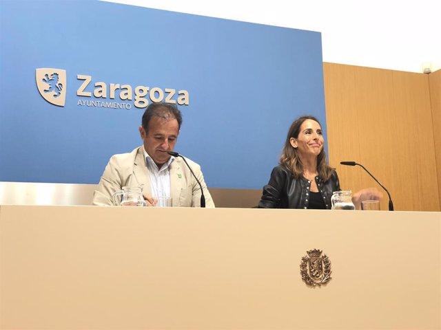 La portavoz del Gobierno de la ciudad, María Navarro, y el consejero municipal de Acción Social y Familia, Ángel Lorén, en rueda de prensa este viernes en el Ayuntamiento.