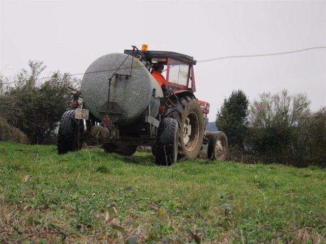 Tractor en el campo asturiano.