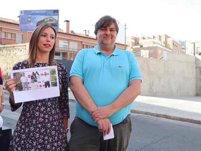 La edil socialista Lucía de Luz y edil de Ciudadanos Fernando Parlorio hablan sobre el mercado de abastos de Guadalajara.