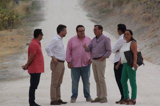 Sánchez (segundo por la izda.) visita el camino rural 'De la Horca'