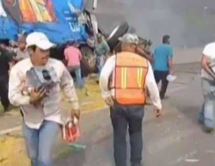 Decenas de personas saquean dos camiones accidentados mientras uno de los conductores muere calcinado en México