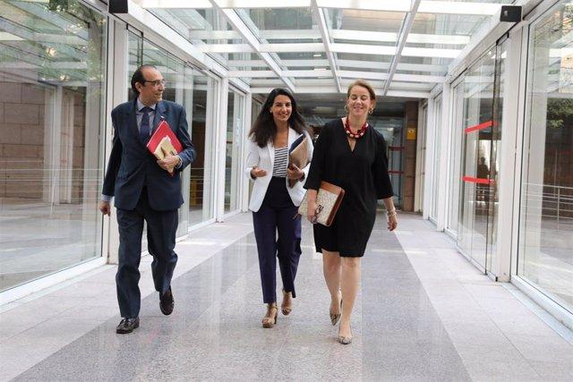 Imagen de archivo de la portavoz de Vox en la Asamblea de Madrid, Rocío Monasterio, con otros diputados de su formación.