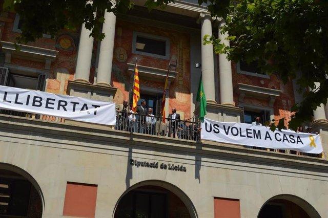 Joan Talarn Junto A Las Pancartas A Favor De Los Soberanistas Encarcelados Y En El Extranjero