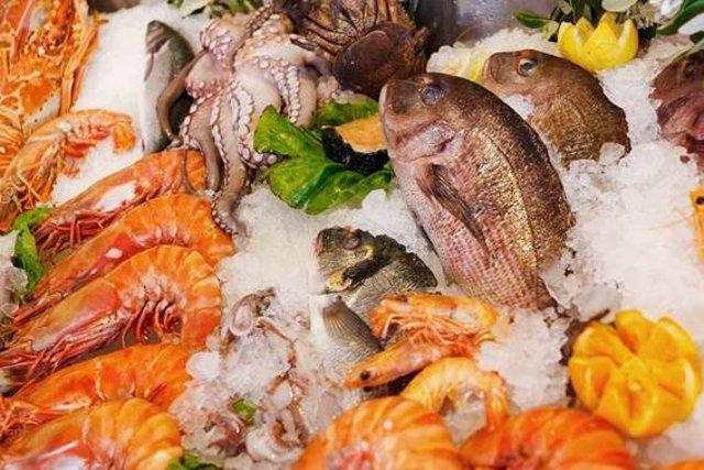 Diversos tipos de marisco y pescado
