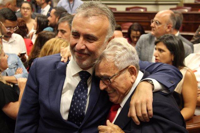 El presidente de Canarias, Ángel Víctor Torres, abraza a su padre tras haber logrado la investidura