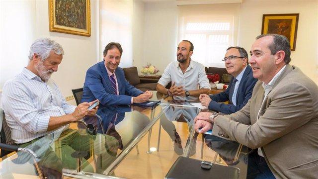 Reunión Javier López Estrada, alcalde de Torrelavega y José Luis Gochicoa, consejero de Obras Públicas