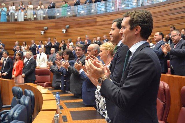 Casado aplaude, durante la toma de posesión de Fernández Mañueco.