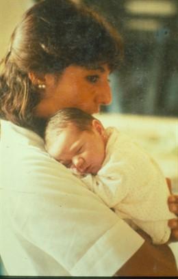 La doctora Anna Veiga y Victoria Anna, la primera 'bebé probeta' de España