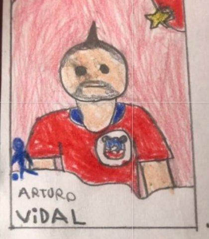 Un niño pinta sus propios cromos de fútbol porque no tiene dinero para comprarlos y su ídolo decide encontrarse con él