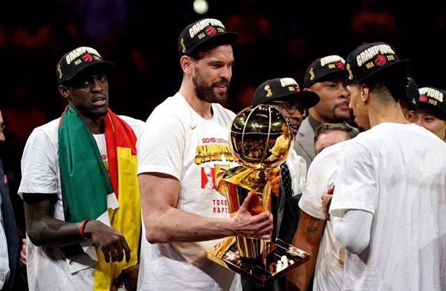 Marc Gasol recibe el trofeo de campeón de la NBA
