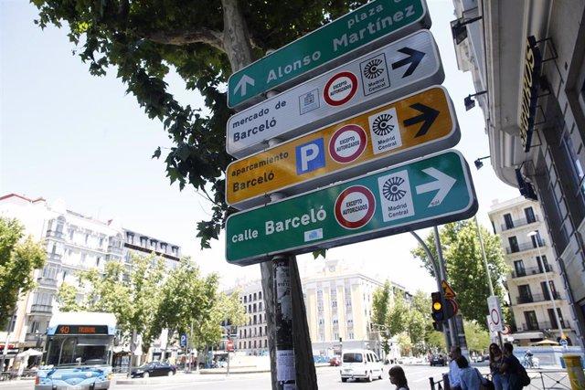Señales de tráfico en la sque se indica el tráfico restringido en la zona de Madrid Central, excepto vehículos autorizados.