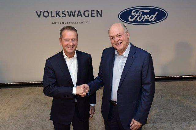 Herbert Diess (Volkswagen) y Jim Hackett (Ford)
