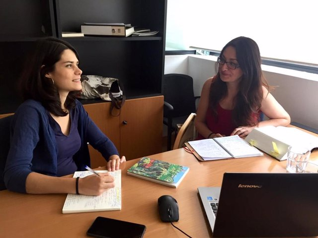 Las diputadas de Unidas Podemos-IU-Madrid en Pie, Isabel Serra y Sol Sánchez, se reúnen para elaborar una denuncia contra Vox.