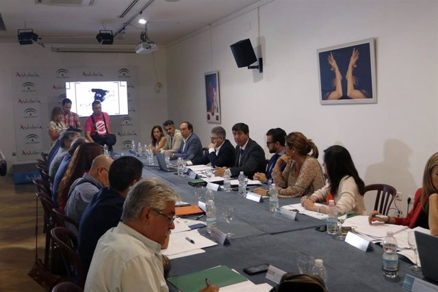 El vicepresidente y consejero de Turismo, Regeneración, Justicia y Administración Local, Juan Marín (4i), presenta la campaña de promoción de Andalucía en verano. En Málaga.