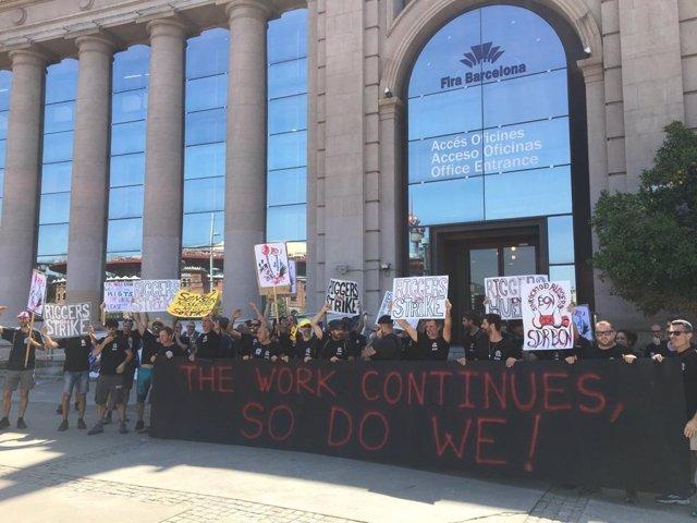 Gairebé un centenar de persones es concentren davant Fira de Barcelona en suport als 'riggers'