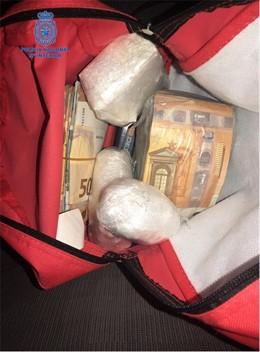 Mochila con dinero y droga incautada en la 'Operación Redhead' de la Policía Nacional en Mallorca.