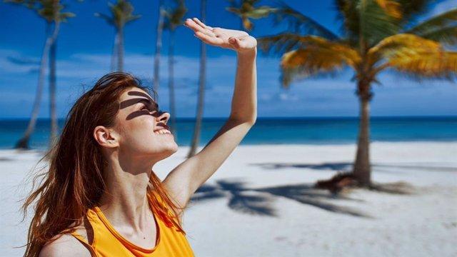 Una mujer en una playa.