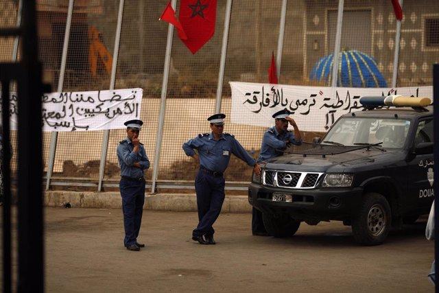 Policías marroquíes en Nador