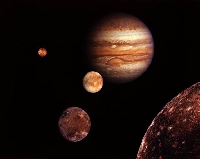 Resultado de imagen de postales de un mundo con dos lunas